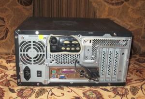 Собранный в корпусе компьютера узел FRN. Видно подключение трансивера к звуковой карте и COM-порту компьютера.