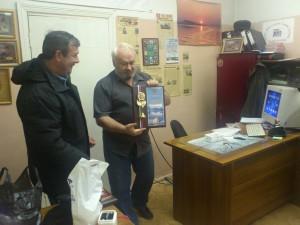 UA9OA награждает плакеткой Юрия UA9OG