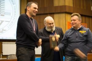 Степаныч награждает RZ9ON и RO9O плакеткой RAEM, за лучший результат в cоревнованиях  RAEM