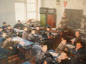 Школьники,  выбравшие профессию радиооператор на занятиях в учебном производственном комбинате  1996-97 гг.